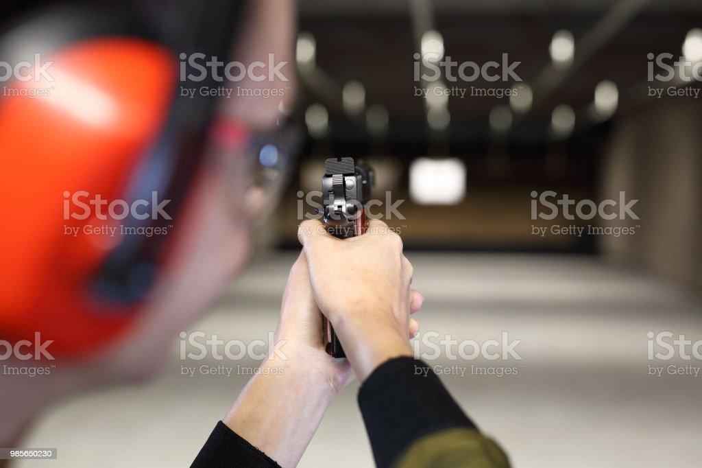 Schießstand. Schießen mit einer Pistole. – Foto