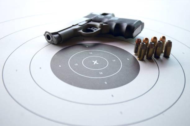 shooting target with gun and bullet - tarcza broń zdjęcia i obrazy z banku zdjęć