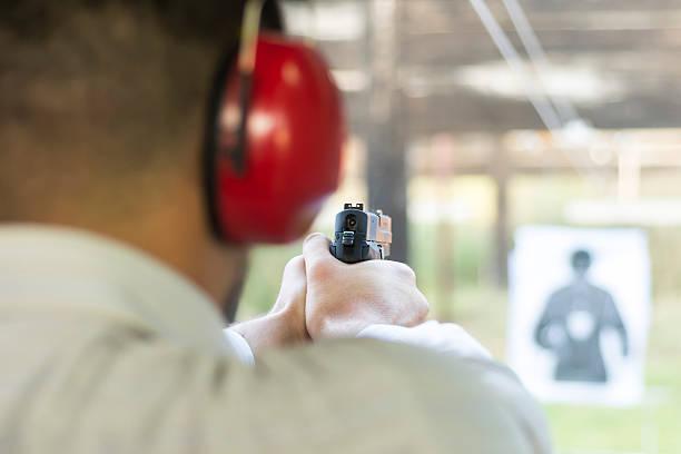 shooting with gun at target in shooting range - tarcza broń zdjęcia i obrazy z banku zdjęć