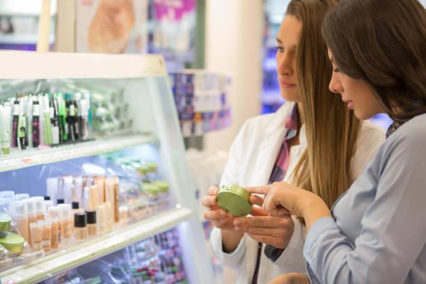 shop assistant-beratung-kunde - drogerie stock-fotos und bilder