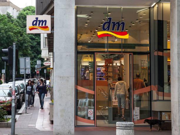 dm-shop im zentrum von belgrad, serbische hauptstadt. dm-drogerie markt ist eine kette von einzelhandelsgeschäften, die kosmetik, medizinische artikel, produkte für den haushalt und reformhäusern verkauft. - drogerie stock-fotos und bilder