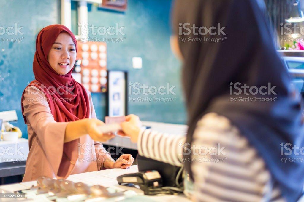 Ladenbesitzer akzeptieren das Geld vom Kunden - Lizenzfrei Arabien Stock-Foto
