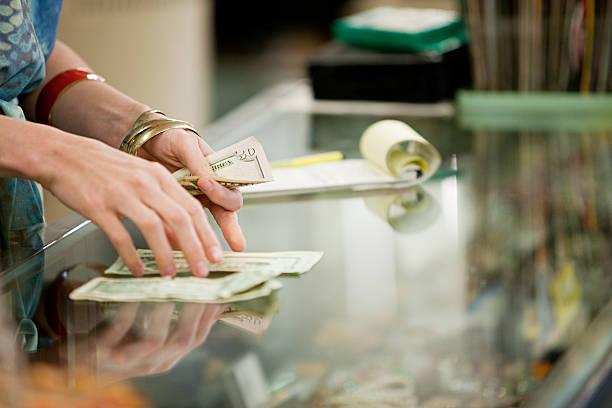 shop torwart geld zählen in-shop - kassenbon stock-fotos und bilder