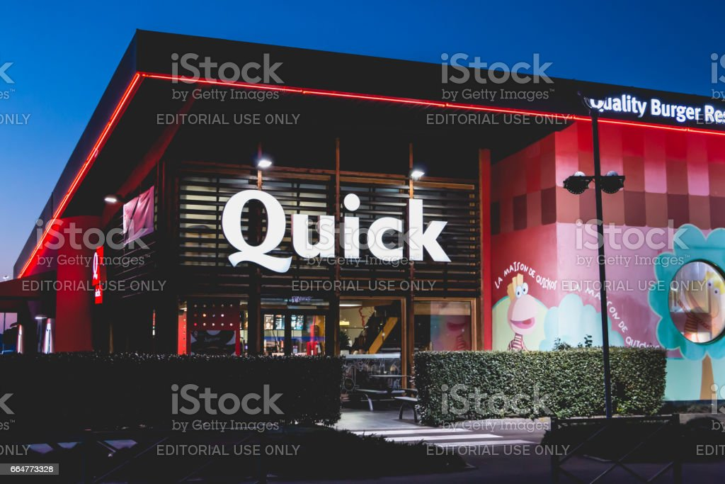 Shop of the restaurant chain specialized in burgers 'Quick' by night stock photo
