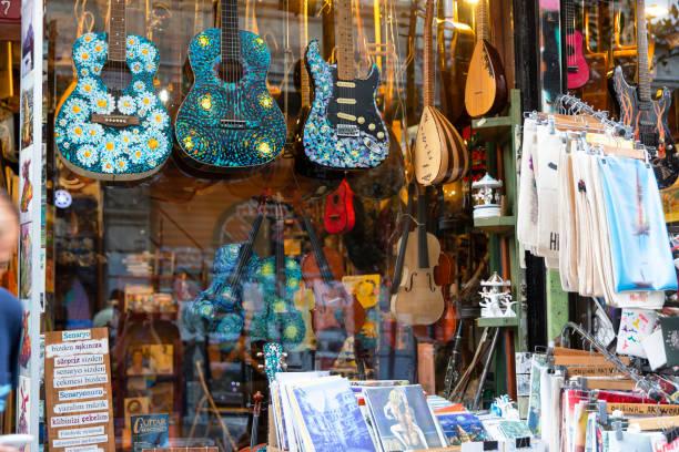 shop-verkauf geeignet für verschiedene kulturen und regionen in istanbul - klavier verkaufen stock-fotos und bilder