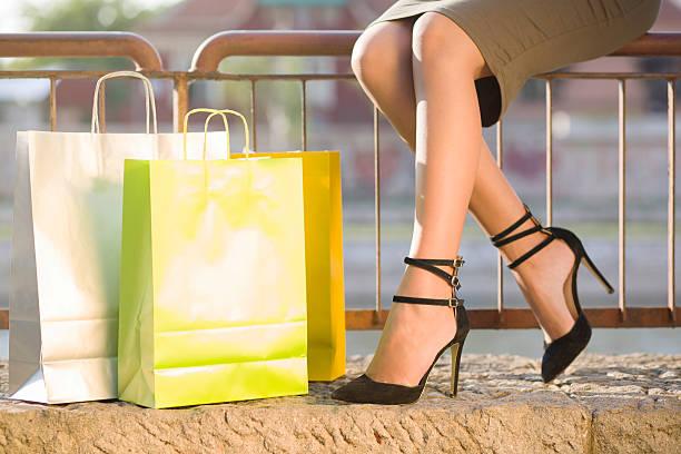 einkaufen bis zum umfallen - dresses online shop stock-fotos und bilder