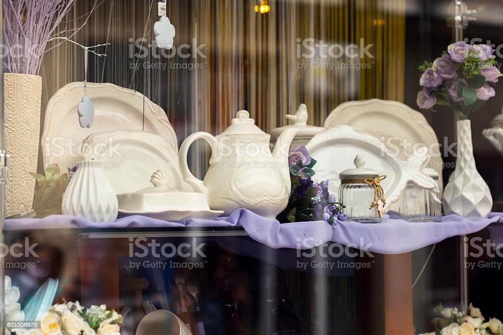 Shop window with different vintage kitchen dishes foto stock royalty-free