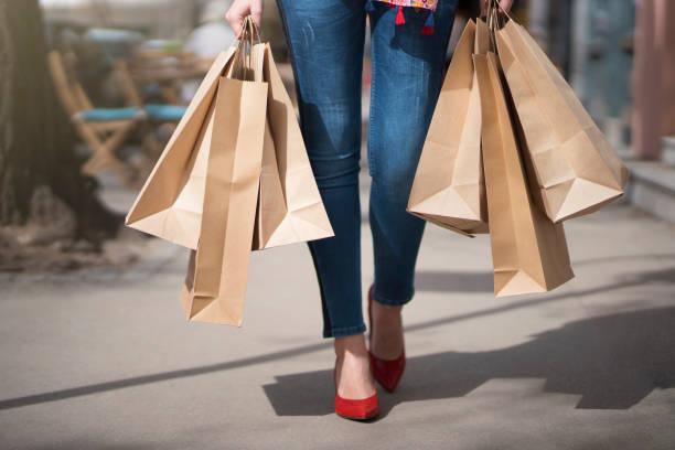shopaholic - damen jeans sale stock-fotos und bilder