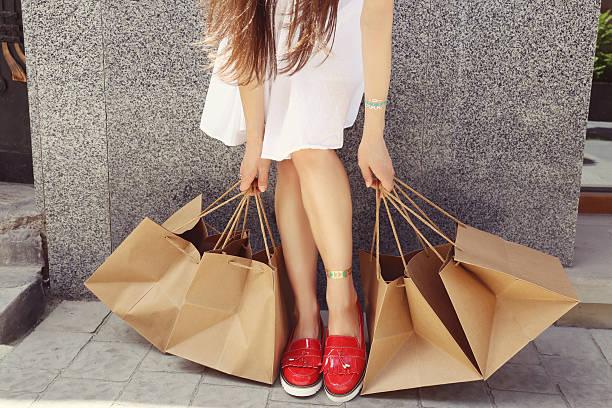 người phụ nữ mua sắm - moccasins hình ảnh sẵn có, bức ảnh & hình ảnh trả phí bản quyền một lần