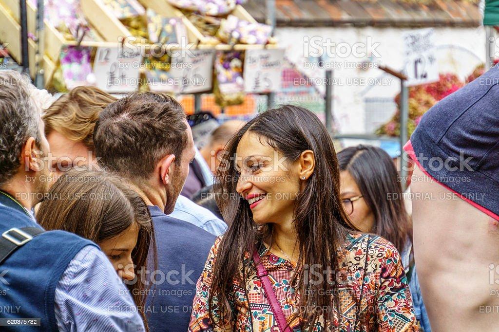 Shoppers at London street market foto de stock royalty-free