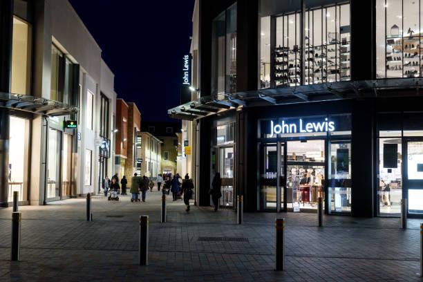 購物者在晚上外約翰·路易斯 - john lewis 個照片及圖片檔