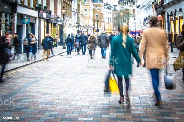 Käufer Die Auf Der Hohen Straße Hand In Hand Und Einkaufstaschen Tragen Stockfoto und mehr Bilder von Einkaufen