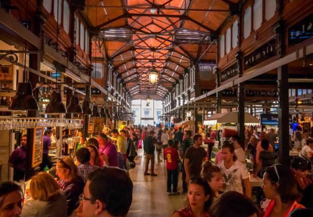 Einkaufspassage des berühmten San Miguel Market in Madrid – Foto