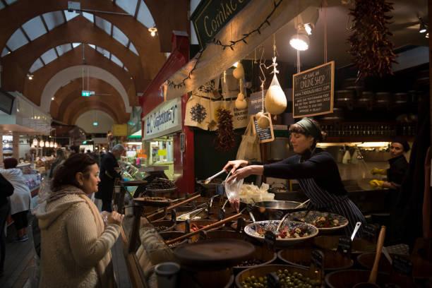 Einkaufen in English Market in Cork, Irland – Foto