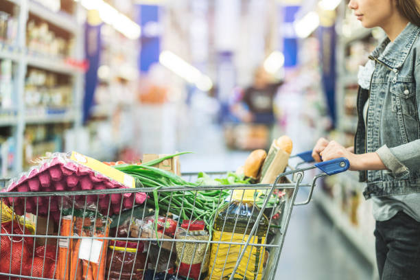 fazer compras no supermercado, lojas conceito - cheio - fotografias e filmes do acervo