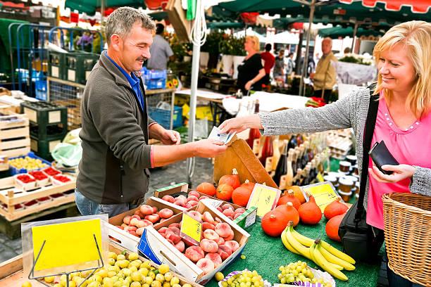 shopping im farmers market - kürbis kaufen stock-fotos und bilder