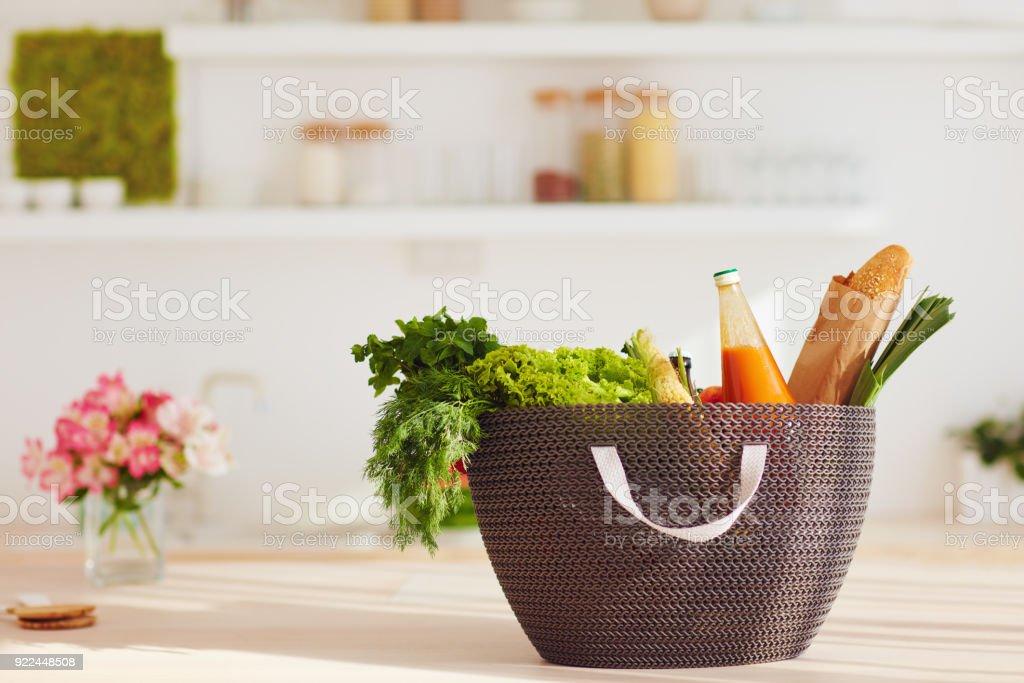 Bolso De Compras De Alimentos Frescos En La Mesa De La Cocina Foto ...