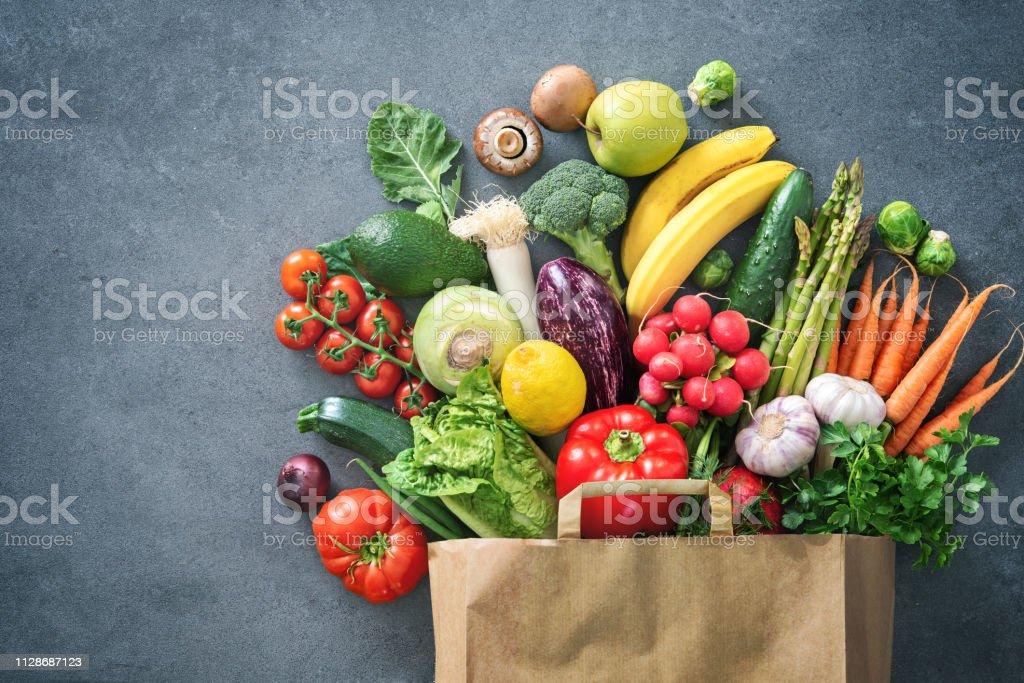 裝滿新鮮蔬菜和水果的購物袋 - 免版稅俯視圖庫照片