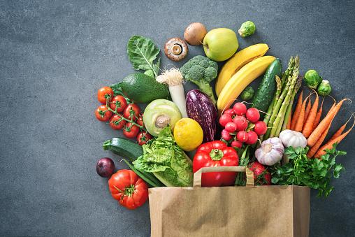 裝滿新鮮蔬菜和水果的購物袋 照片檔及更多 俯視 照片