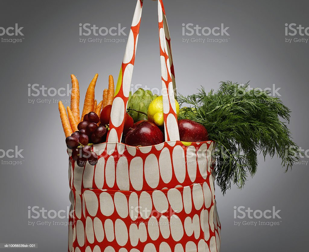 Sacola de compras com vegetais e frutas frescos, close-up foto royalty-free