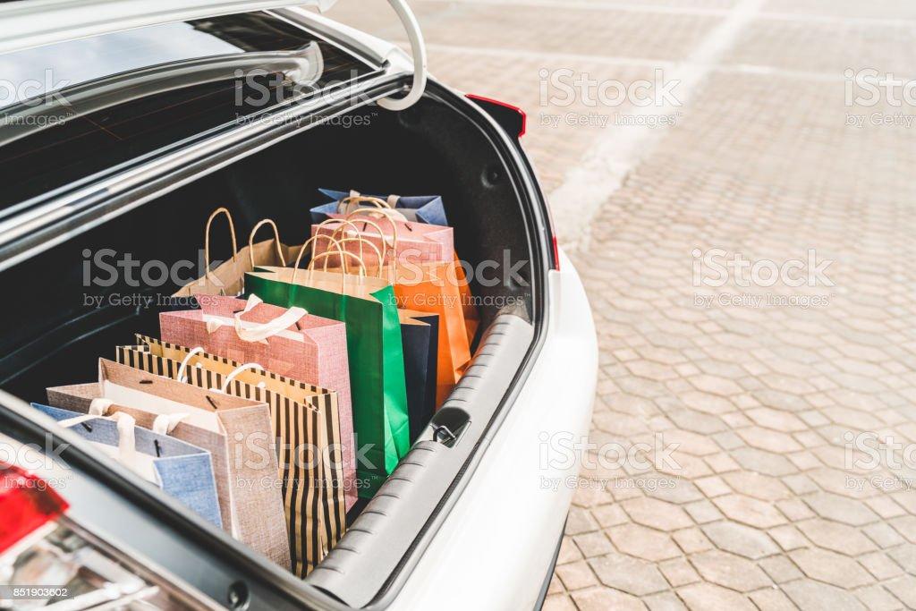 Shopping tassen in de auto kofferbak met kopie ruimte. Moderne winkelstraat levensstijl, erse mensen of recreatieve activiteit concept - Royalty-free Achter Stockfoto