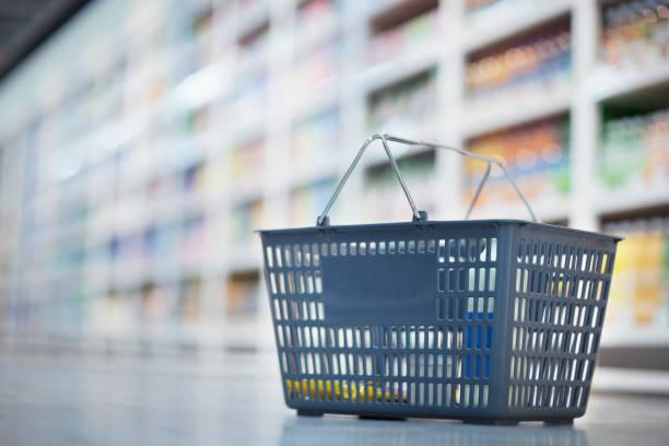 Einkaufskorb auf dem Boden im Supermarkt-Gang – Foto