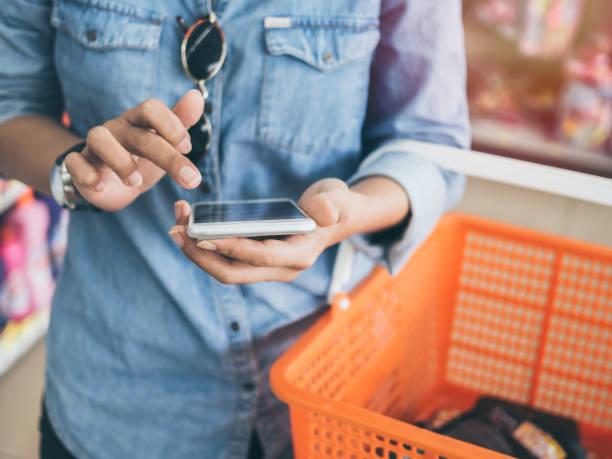 shopping einkaufskorb - damen shirts online stock-fotos und bilder