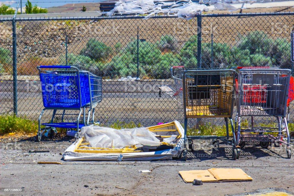 Warenkörbe auf Parkplatz – Foto