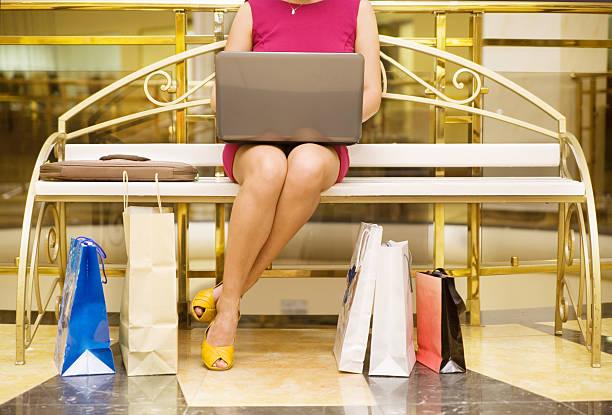 einkaufen-pause - dresses online shop stock-fotos und bilder