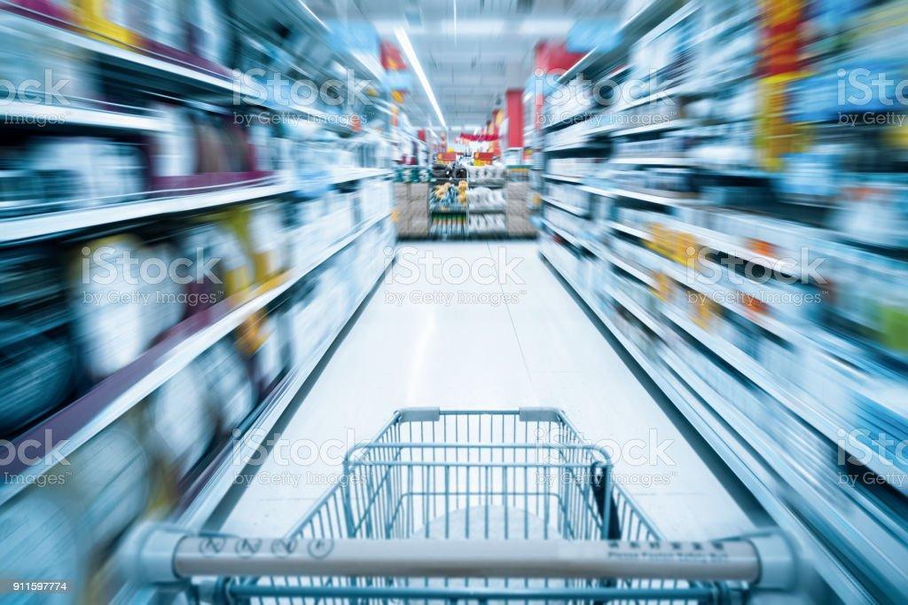 Warenkorb und Supermarkt-Hintergrund – Foto