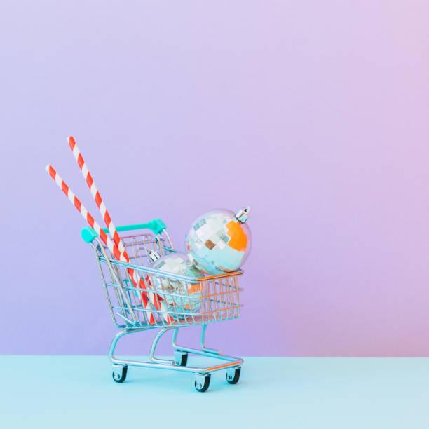 Einkaufswagen voller Geschenke und Weihnachtsdekorationen. minimal – Foto