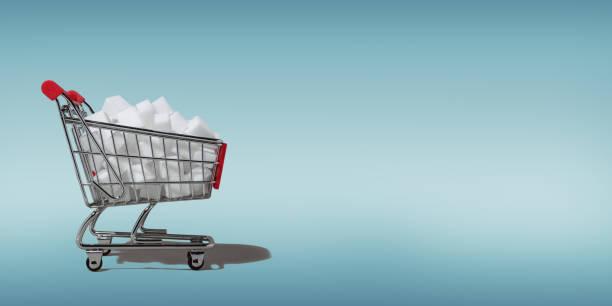Einkaufswagen voller Zuckerwürfel. – Foto