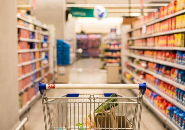 einkaufswagen im supermarkt. einkaufen, kochen und preiskonzept. - inflation stock-fotos und bilder