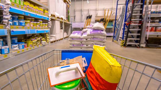shopping cart in diy shop - material de construção imagens e fotografias de stock