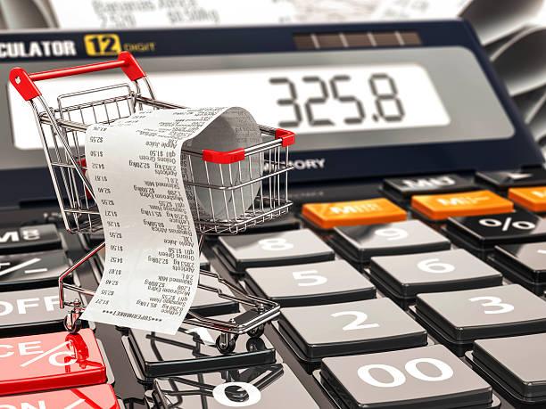 einkaufswagen auf rechner und empfang.   home budget oder verbraucher - inflation stock-fotos und bilder