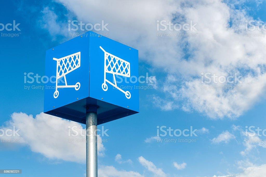 Shopping Einkaufswagen-Symbol in einen Parkplatz – Foto