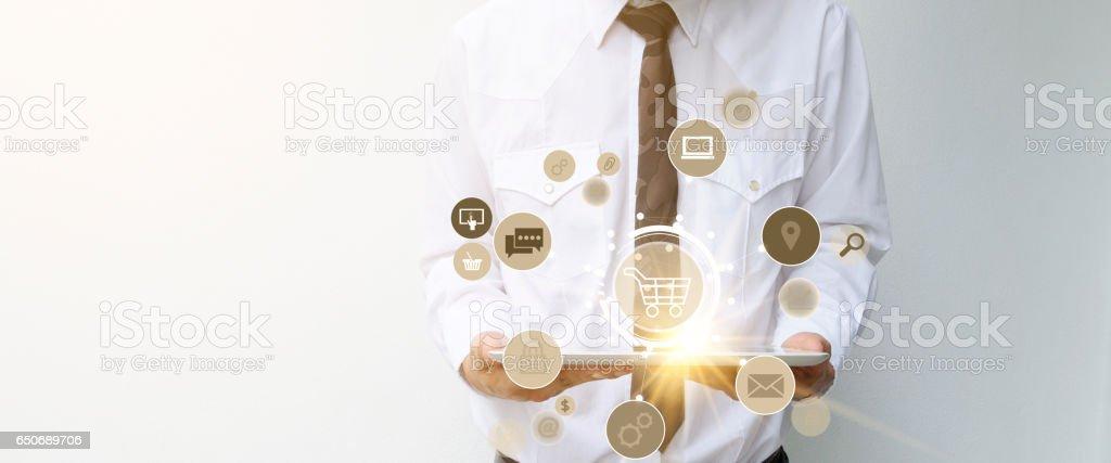 Warenkorb mit Software Programmsymbole auf tablet – Foto