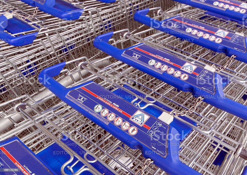 Cestas de compras en una tienda Aldi en París, Francia - foto de stock