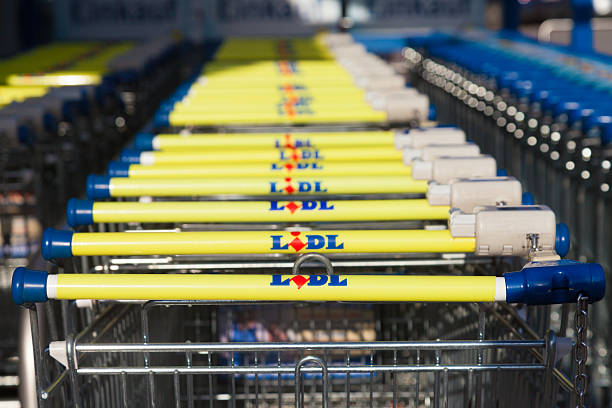 shopping carts of the german supermarket chain, lidl stands together. - lidl foto e immagini stock