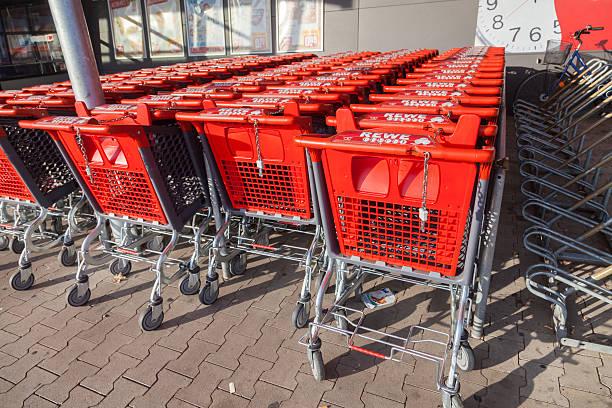 shopping carts of the german supermarket chain, rewe - rewe germany stock-fotos und bilder