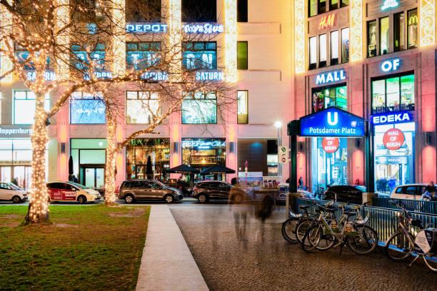 einkaufszentrum mall von berlin in der straße in deutschland - u bahn stock-fotos und bilder