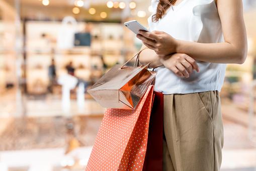 Winkelen Op Concept Vrouw Met Behulp Van Slimme Telefoon Met Boodschappentas Stockfoto en meer beelden van Alleen volwassenen