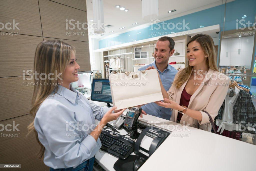Winkelen paar betalen aan de kassa - Royalty-free Alleen volwassenen Stockfoto