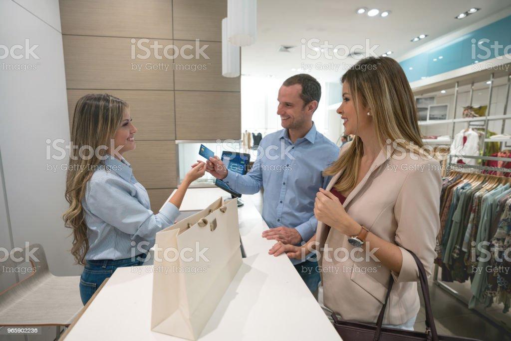 Winkelen paar betaling per kaart aan de kassa - Royalty-free Alleen volwassenen Stockfoto