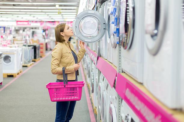 Shopping für eine Waschmaschine und einen Trockner – Foto