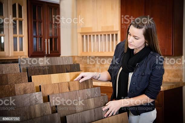 Shopping For Flooring Stockfoto und mehr Bilder von Auslage