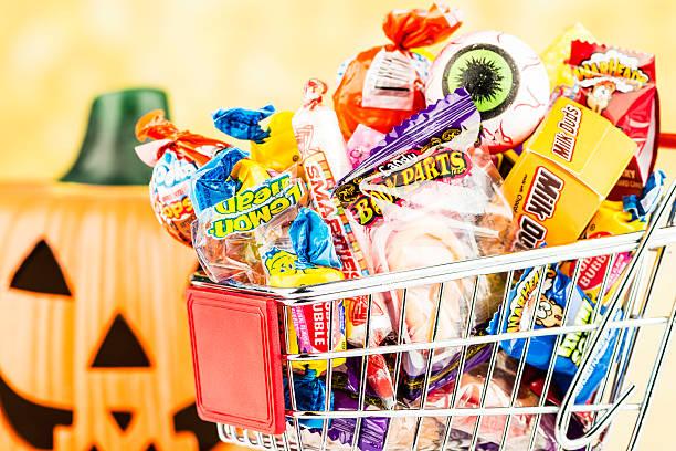 shopping für halloween-bonbon - kürbis kaufen stock-fotos und bilder