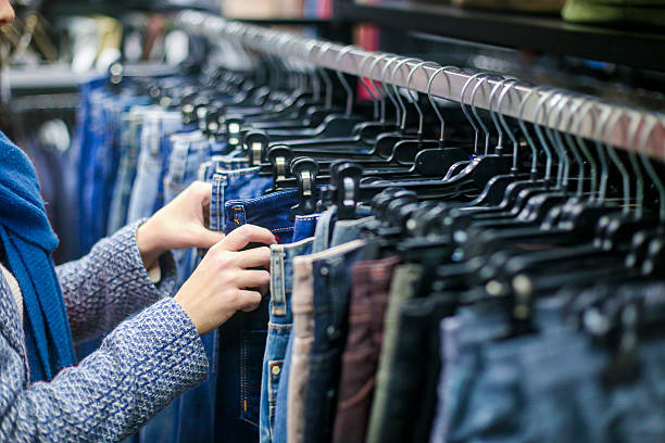 shopping for jeans - damen jeans sale stock-fotos und bilder