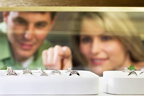 shopping für schmuck - diamanten kaufen stock-fotos und bilder