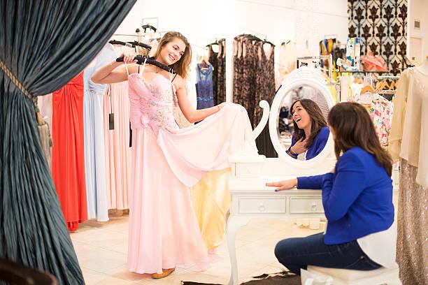 shopping für kleid - mütterbrautkleider stock-fotos und bilder